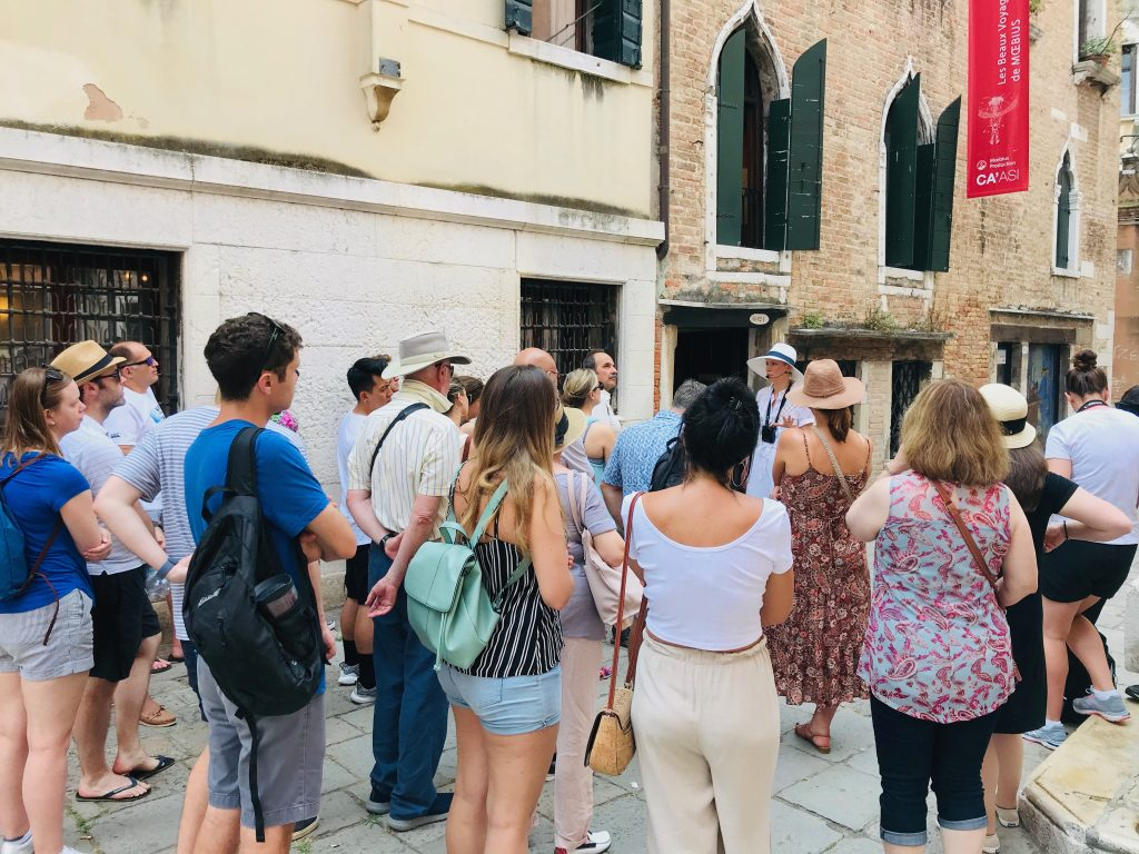 A group on free walking tour of Venice.