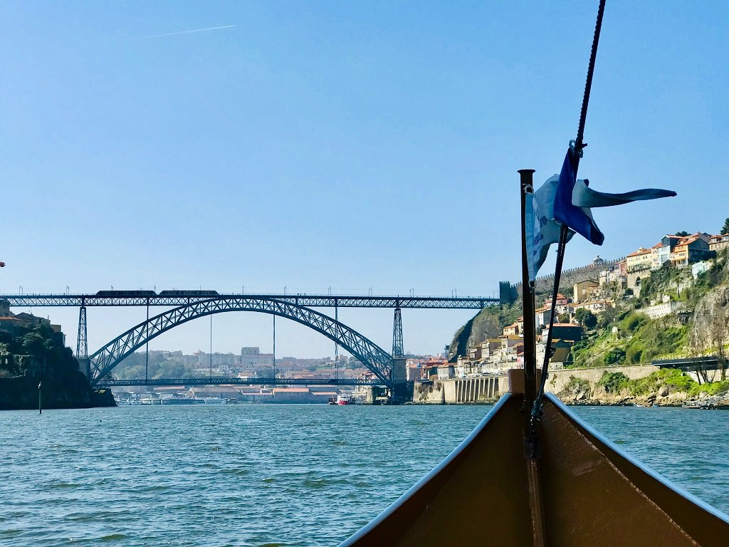 Cruise of the Duoro with view of a bridge