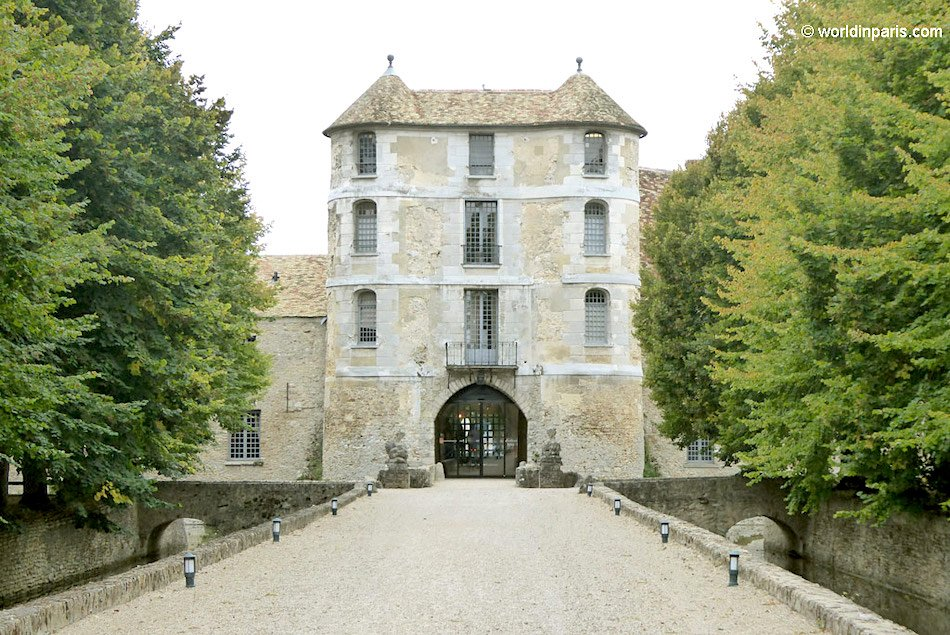 A view of the front entrance to a French Chateaux